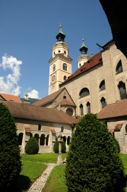 Il Duomo di Bressanone con la piccola chiesa della Madonna del Chiostro (21 luglio).