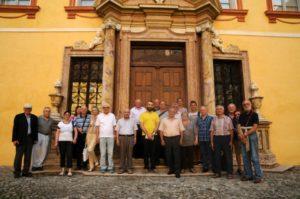 I partecipanti nel cortile del Museo Vescovile, con il Direttore del museo mons. Josef Gelmi (22 luglio).