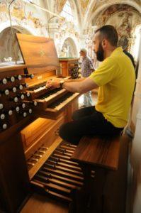 Il M° Baiocchi all'organo Metzler (22 luglio).