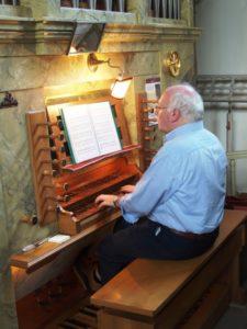 Il prof. Stucchi all'organo Zanin della chiesa delle Dame Inglesi (23 luglio).