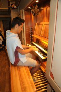 Un partecipante all'organo Pirchner di Ortisei (23 luglio).
