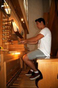 Un partecipante all'organo Ciresa (24 luglio).