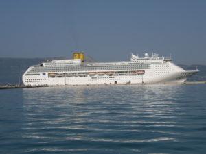 Corfù, 15 novembre 2010 La nave Costa Victoria nel porto dell'isola greca.