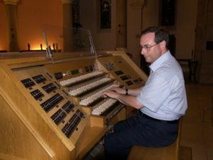 Il M° Nosetti illustra l'organo di Notre Dame de Bon Voyage, Cannes (23 luglio).