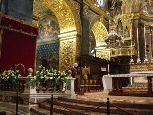 Malta, 16 novembre 2010 La Valletta, concattedrale di San Giovanni. Il Parroco della Concattedrale accoglie i partecipanti alla Crociera.