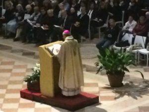 S.E. Mons. Roberto Busti tiene l'omelia.