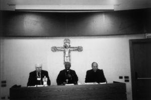 Aula del Convegno Ist. Maria Ss. Bambina – Roma, 24 Novembre 2006. Da sinistra: Mº Claudio Stucchi, Sua Em. Card. Francis Arinze, S.E. Mons. A. Malcolm Ranjith.