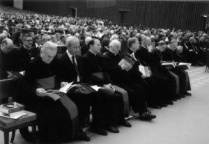 Aula Paolo VI – Vaticano: Concerto del 24 Novembre 2006 (da sinistra: Mons. R. Bruni, Avv. M. Poltronieri, Mons. T. Cola, Mons. M. Giannecchini, S.E. Mons. F. Tardelli, S.E. Mons. V. Bertelli - Presidente Emerito AISC, S.E. Mons. V. Lanzani, S.E. Mons. A. Comastri).