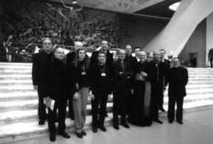 Aula Paolo VI - Vaticano, alcuni Membri del Consiglio Direttivo AISC (da sinistra, in basso: R. Azzoni, C. Mariani, A. Brunelli, G. Ferri, S.E. Mons. V. Bertelli - Presidente Emerito AISC, M. Poltronieri, V. Barbieri; da sinistra in alto: M. Tozzi, C. Stucchi, S. Pellini, Mons. T. Cola, C. Fermalvento, M. Nosetti), 25 Novembre 2006.
