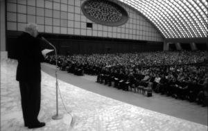 """Aula Paolo VI – Vaticano, il Mº Claudio Stucchi presenta il concerto de """"La Camerata"""" di Cremona (25 Novembre 2006)."""