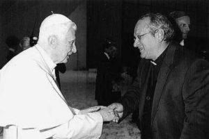 Aula Paolo VI - Vaticano, alcuni membri del Consiglio omaggiano il S. Padre (10 Novembre 2012).