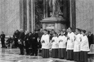 Basilica S. Pietro - Vaticano: i Ministranti addetti al servizio liturgico (11 Novembre 2012).