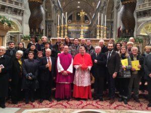 Basilica S. Pietro - Vaticano. S.Em. il Card. Leo Burke con Mons. T. Cola e i consiglieri C. Stucchi e S. Baiocchi, insieme ad alcuni cantori al termine del Te Deum (31 dicembre 2013).