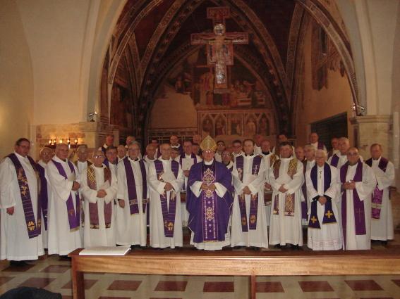 S.E. Mons. Domenico Sorrentino, Arcivescovo-Vescovo di Assisi, con i concelebranti, al termine della Liturgia Eucaristica nella Basilica di Santa Chiara.