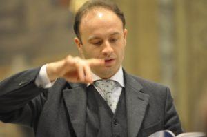 Savona, 18 novembre 2010 Cattedrale, il M° Manganelli dirige i coristi durante la S. Messa.