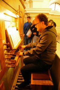 Il M° Klemens Hofer illustra l'organo della Georgskapelle (26 luglio).