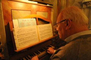 Il prof. Stucchi all'organo Pirchner (26 luglio).