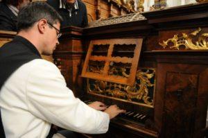 Il M° fr. Martin Anderl illustra l'organo del coro Jager (26 luglio).