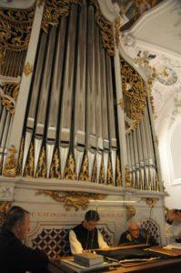 Il M° fr. Martin Anderl illustra l'organo maggiore Rieger (26 luglio).