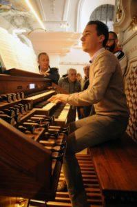 Il M° Manfredini all'organo maggiore Rieger (26 luglio).