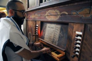 Il M° Baiocchi all'organo Greil della Capp. del Prez.mo Sangue di Stams (26 luglio).