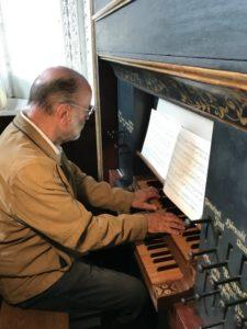 Il M° Reinhard Jaud illustra ai partecipanti l'organo Ebert della Hofkirche (27 luglio).