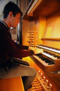Un partecipante all'organo Walcker della Jesuitenkirche (27 luglio).