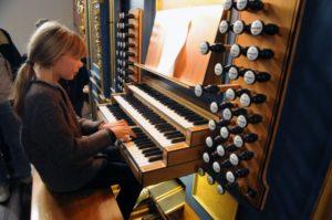 Una partecipante all'organo Pirchner del Duomo di St. Jakob (27 luglio).