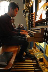 Un partecipante all'organo Pirchner del Duomo di St. Jakob (27 luglio).