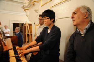 Alcuni partecipanti con il M° Bernhard all'organo Reinisch (28 luglio).