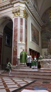 S.E. Mons. Camillo Cibotti saluta i cantori al termine della Celebrazione Eucaristica.